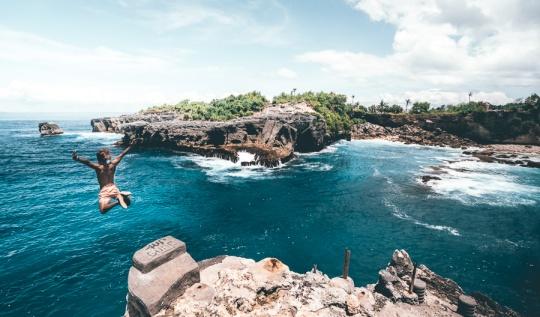 blue lagoon bali , nusa ceningan blue lagoon , blue lagoon indonesia, ceningan cliff ,nusa ceningan cliff jump ,blue lagoon cliff jump nusa ceningan,cliff jumping nusa ceningan, lembongan cliff jumping