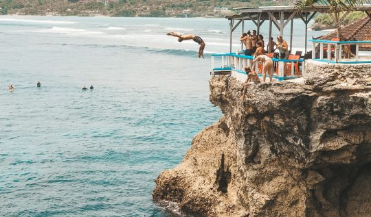 mahana point, mahana beach, mahana point cliff jump, mahana point ceningan, mahana surf